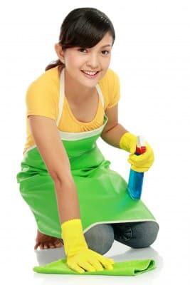Femme nettoyant le sol de son restaurant pour être aux normes, nettoyage et désinfection, nettoyer et désinfecter, sol des locaux