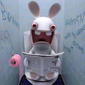 Lapin crétin ayant une envie d'aller aux toilettes