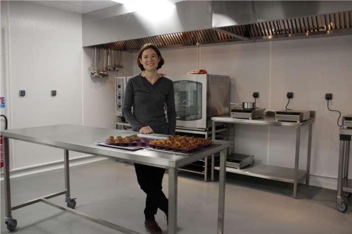 """(c)Aurélie Bedin au sein de sa """"Kitchen-on-demand"""". Chargez les image pour voir."""